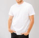Hombre sonriente en camiseta blanca en blanco Fotografía de archivo