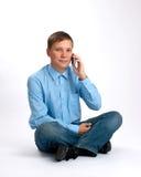 Hombre sonriente en el teléfono Fotografía de archivo