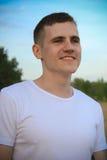 Hombre sonriente en la ropa blanca Fotografía de archivo libre de regalías