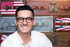 Hombre sonriente en lentes Imágenes de archivo libres de regalías