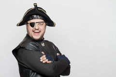 Hombre sonriente en un traje del pirata Foto de archivo libre de regalías