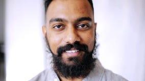 Hombre sonriente feliz con la barba almacen de metraje de vídeo