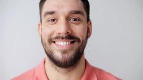 Hombre sonriente feliz con la barba metrajes