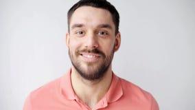 Hombre sonriente feliz con la barba almacen de video