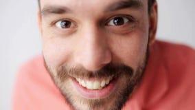 Hombre sonriente feliz con la barba que se divierte en la cámara almacen de video