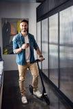 Hombre sonriente feliz en el transporte en oficina imagenes de archivo