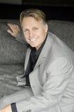 hombre sonriente feliz en juego gris foto de archivo libre de regalías