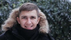 Hombre sonriente feliz en una piel Hood Outdoors almacen de metraje de vídeo