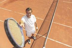 Hombre sonriente feliz que juega a tenis Fotografía de archivo