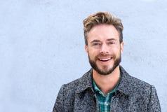 Hombre sonriente hermoso con la barba Imagen de archivo libre de regalías