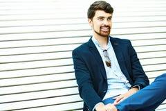 Hombre sonriente hermoso del inconformista en el parque Imágenes de archivo libres de regalías