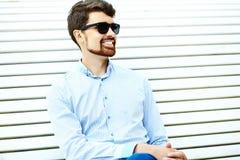Hombre sonriente hermoso del inconformista en el parque Fotografía de archivo