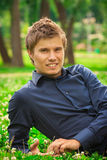 Hombre sonriente joven fotos de archivo libres de regalías