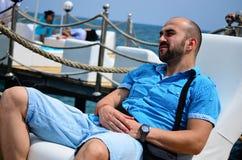 Hombre sonriente joven barbudo que disfruta de las vacaciones de verano Foto de archivo