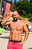 Hombre sonriente joven barbudo que disfruta de las vacaciones de verano Imagen de archivo libre de regalías
