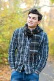Hombre sonriente que camina en parque del otoño Imagen de archivo