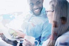 Hombre sonriente que celebra el ordenador portátil y la mirada de su socio femenino Fotos de archivo