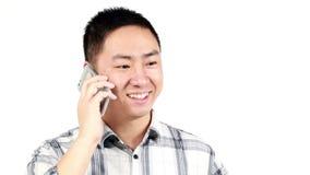Hombre sonriente que cierra una llamada de teléfono metrajes