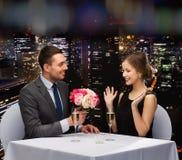 Hombre sonriente que da el ramo de la flor a la mujer Fotografía de archivo libre de regalías