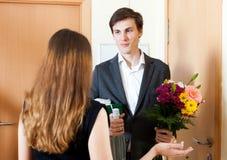 Hombre sonriente que da los regalos a la mujer linda Imágenes de archivo libres de regalías