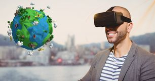 Hombre sonriente que parece bajo polivinílico sobre los vidrios de VR Fotografía de archivo libre de regalías