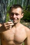 Hombre sonriente que propone una tostada Fotografía de archivo