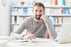 Hombre sonriente que trabaja en la oficina Foto de archivo libre de regalías