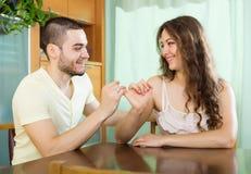 Hombre sonriente y mujer feliz que tienen conciliación Foto de archivo libre de regalías