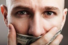 Hombre sordo cerrado mordaza del dólar Imagen de archivo libre de regalías
