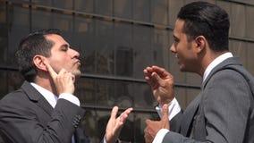 Hombre sordo que pide ayuda usando el lenguaje de signos que es entendido mal almacen de video