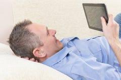 Hombre sordo que usa la tableta Imagenes de archivo