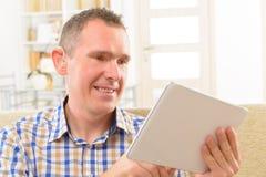 Hombre sordo que usa lenguaje de signos en la tableta fotos de archivo libres de regalías
