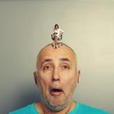 Hombre sorprendente con la pequeña mujer enojada Foto de archivo libre de regalías