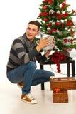 Hombre sorprendente de la Navidad con el regalo imagenes de archivo
