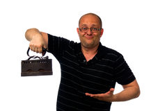 Hombre sorprendente divertido en los vidrios y la camisa causial que sostienen el hierro oxidado viejo aislado en blanco Imagen de archivo