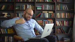 Hombre sorprendente en el choque, sorpresa positiva para el hombre los empresarios felices y los hombres de negocios acertados qu almacen de video