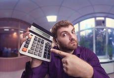 Hombre sorprendido con la calculadora Foto de archivo libre de regalías