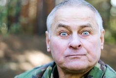 Hombre sorprendido con una cara divertida fotos de archivo