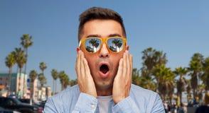Hombre sorprendido en gafas de sol sobre la playa de Venecia foto de archivo libre de regalías
