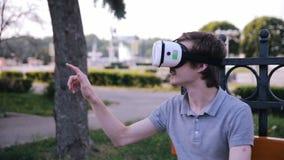 Hombre sorprendido en vidrios de la realidad virtual almacen de metraje de vídeo