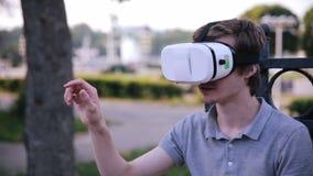 Hombre sorprendido en vidrios de la realidad virtual metrajes
