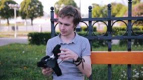 Hombre sorprendido en vidrios de la realidad virtual almacen de video