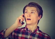 Hombre sorprendido que habla en el teléfono móvil Fotos de archivo libres de regalías