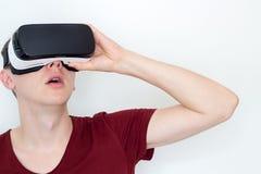 Hombre sorprendido que usa los vidrios de la realidad virtual Foto de archivo libre de regalías