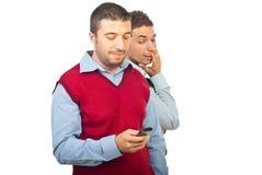 Hombre sorprendido sobre su mensaje de texto del amigo Foto de archivo libre de regalías