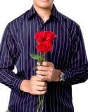 Hombre sosteniendo rosas fotos de archivo libres de regalías