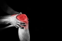 Hombre, sosteniendo su rodilla dolorosa, pierna, experimentando dolor, SP rojo Fotografía de archivo