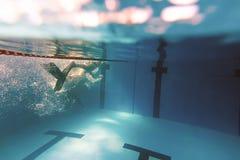 Hombre subacuático, natación del hombre en piscina Fotos de archivo libres de regalías