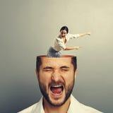 Hombre subrayado con la mujer de griterío Foto de archivo libre de regalías