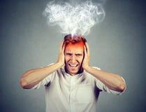 Hombre subrayado que grita el vapor abrumado que sale para arriba de la cabeza Fotos de archivo libres de regalías